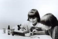 A brincadeira era fazera campra do supermercado e registrar na caixa, que vinha com dinheiro de brinquedo para o troco, 1990.