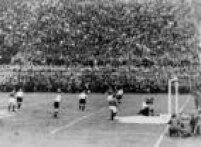 O italiano Guaita chuta para marcar gol durante partida da semifinal da Copa, entre Itália e Áustria, 03/6/1934. A equipe da casa venceu por 1 a 0.