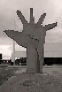 """Escultura """"Mão"""", de Oscar Niemeyer, localizada no Memorial da América Latina, zona oeste de São Paulo."""