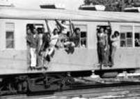 Passageiros, ou pingentes como são conhecidos, viajampendurados no trem da Rede Ferroviária Federal (RFFSA) no Rio de Janeiro, em 1975. Leia mais em<a href='http://acervo.estadao.com.br/pagina/#!/19740602-30423-nac-0038-999-38-not/busca/Pingentes+pingentes' target='_blank'>'Pingentes, uma triste realidade na Rede Federal'</a>