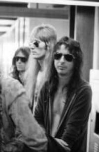 """Alice Cooper e sua banda chegam ao Brasil, 1974.Um dos rock stars mais badalados dos anos 70, Alice veio ao país no auge do sucesso, e encontrou fãsque o aguardavam ansiosamente. A """"alicemania"""" parecia febre nacional"""