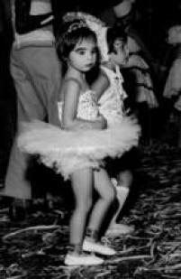 Menina fantasiada de Bailarina em uma matinêde carnaval, São Paulo, 1961