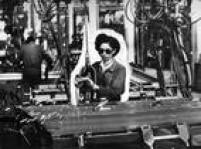 Mulheres trabalham na indústria automobilística de São Paulo, 01/02/1964.