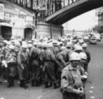 Contingente da Força Pública évisto no Vale do Anhangabaú,aguardando ordem para subir nos caminhões que irãotransportá-los ao Parque do Ibirapuera, onde devem guardar as urnas durante a apuração dos votos,São Paulo, SP. 04/10/1960.