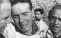 O jogador<a href='http://acervo.estadao.com.br/noticias/personalidades,zagallo,679,0.htm' target='_blank'>Mário Zagallo</a>chora durante a comemoração pela conquista do bicampeonato mundial de futebol, após vitória da Seleção sobre o Chile por 4 a 2, no estádio Nacional do Chile, em Santiago, 13/6/1962.