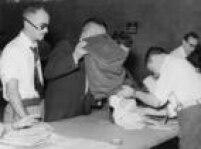 Fiscais iniciam a abertura das urnas paraapurção dos votos no Ginásio do Ibirapuera, na zona sul de São Paulo, SP. 04/10/1955.