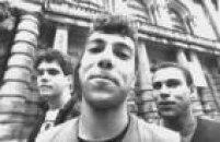 Os integrantes do Cólera, grupo punk rock de São Paulo, formado por Valdemir (Val)(e), Redson e Pierre, posam em frente ao Teatro Municipal, na região central deSão Paulo, SP, 07/11/1996.
