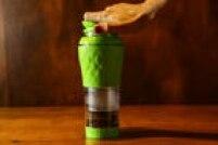 Esse foi o primeiro lançamento da marca Pressca, em 2016, a cafeteira Pressca, que mescla funcionalidades de uma prensa francesa e de uma Aeropress, ambos métodos de extração manual de café.