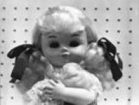 <a href='http://acervo.estadao.com.br/procura/#!/Boneca%20M%C3%A3ezinha/Acervo///1/1970/' target='_blank'>Boneca Mãezinha</a>embalava o nenê ao som de uma suave canção de ninar. Foto 1972