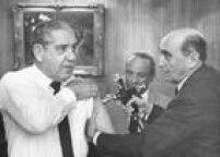 General<a href='http://acervo.estadao.com.br/noticias/acervo,fotos-historicas-costa-e-silva-e-a-pistola,11425,0.htm' target='_blank'>Costa e Silvafoi vacinado pelo ministro da Saúde</a>em 1967 na campanha de erradicação da varíola