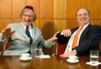 O candidato Paulo Maluf (PP)visita o rabino Henry Sobel, na Congregação Israelita Paulista, em São Paulo, 27/7/2004.