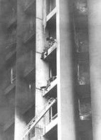 Vítimas presasno incêndio do edifício Joelma tentam chegar até a escada dos bombeiros usada no resgate, 01/02/1974.