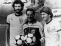 Durante a fase preparatória do Brasil para a Copa do Mundo na Espanha, o técnico Telê Santana (centro) posa para foto junto dos jogadores Sócrates (esq.) e Zico na Concentração da Seleção Brasileira, em Teresópolis, Rio de Janeiro, 16/5/1982.