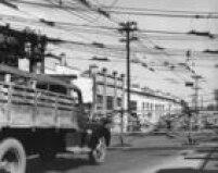 Na foto de 1956, a porteirana avenida Alcântara Machado fechada para carros e pedestres. Quando os trens se aproximavam as<a href='http://acervo.estadao.com.br/noticias/acervo,sao-paulo-das-porteiras,11702,0.htm' target='_blank'>porteiras eram fechadas</a>