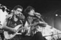 O vocalista Dinho Ouro Preto e o guitarrista Loro Jones durante show da banda Capital Inicial no festival Rock in Rio II, 26/01/1991