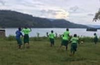 Depois de alguma insistência, meninas também jogam futebol no Amasiko.
