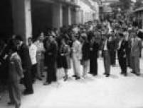 Pessoas fazem fila na capital paulista para votar nas eleiçõespresidenciais de 1945. Eurico Gaspar Dutra, do Partido Trabalhista Brasileiro (PTB), venceu com 55% dos votos.