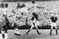 Lance do jogo entre Brasil e Hungria, válido pelas quartas de final daa Copa do Mundo na Suíça, 27/6/1954. O Brasil perdeu a partida por 4 a 2 para Hungria e foi eleiminado da competição.