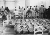 Urnas de lona sãoreunidas emseção deapuração das eleições de 1972.