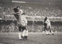 Os<a href='http://acervo.estadao.com.br/pagina/#!/19700519-29174-nac-0026-999-26-not/busca/Tost%C3%A3o+Pele' target='_blank'>craques Tostão e Pelé</a>se abraçam em campo. Foto:20/3/1970