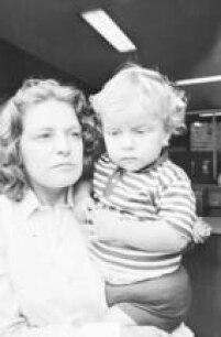 Marisa carrega filho no colo em 1980