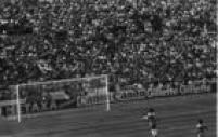 O atacante Paulo Rossi, da Seleção da Itália, marca o segundo gol contra o Brasil, na<a href='http://https://fotos.estadao.com.br/galerias/acervo,copa-do-mundo-1982-espanha,37315' target='_blank'>Copa do Mundo na Espanha</a>, 05/7/1982. Na partida, a Seleção Brasileira foiderrota por 3 a 2, e foi eliminada da Copa.