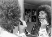 O cantor<a href='http://acervo.estadao.com.br/noticias/acervo,frases-cauby-por-cauby,12329,0.htm' target='_blank'>Cauby Peixoto</a>se prepara para showem seu camarim, São Paulo,22/6/1989