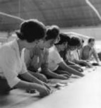 Mulheres contam manualmente os votosdurante apuração no Ginásio do Ibirapuera,São Paulo, SP. 06/10/1960.