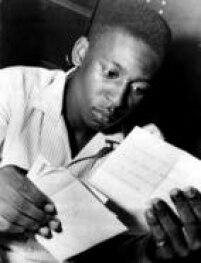 Pelé, com apenas 18 anos de idade,lêcartas dos fãs na concentração da Vila Belmiro, Santos. 01/12/1958.