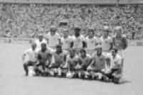 Seleção do Brasil posa para foto no jogo contra a França, válido pelas quartas de final<a href='http://https://fotos.estadao.com.br/galerias/acervo,copa-do-mundo-1986-mexico,37322' target='_blank'>Copa do Mundo no México</a>, 21/6/1986. Da esquerda para a direita, de pé: Sócrates, Elzo, Júlio Cesar, Edinho, Branco e Carlos; agachados: Josimar, Müller, Júnior, Careca e Alemão. A partida terminou empatada em 1 a 1 e acabou sendo definida nos pênaltis. A França marcou 4, o Brasil 3 e foi eliminado do Mundial.