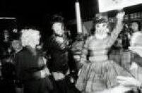 Drag queen se divertem na espera da Madonna nas proximidades do hotel que receberia a diva pop.