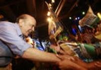 O candidato do PSDB, José Serra, cumprimenta partidários durante eventode campanha eleitoral no Moinho Santo Antônio, no bairro da Mooca, na zona leste da capital paulista. São Paulo, SP. 29/09/2010.