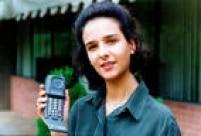 Empresária em foto de 1995 com um celular<a href='http://acervo.estadao.com.br/pagina/#!/19950726-37170-nac-0040-eco-b8-not/busca/Motorola' target='_blank'>Motorola</a>. O design do aparelho e novidades como o vibra call já começavam a ser tão importantes quanto sua funcionalidade