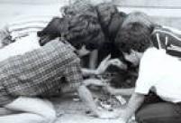 Garotos brincam de bafo com figurinhas, 1974.