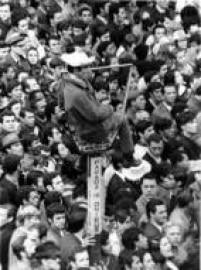 Torcedores se concentram no centro da capital paulista para assistirem àestreia da Seleção Brasileira na Copa do Mundo de 1970. Destaque para o torcedor que se acomodou em placa publicitária de um ponto de ônibus, 3/6/1970.