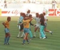 Argentinos comemoram vitória de 1 a 0 sobre o Brasil, enquanto os jogadores da Seleção Brasileira lamentam a<a href='http://https://acervo.estadao.com.br/noticias/acervo,copa-do-mundo-historia-campeoes-e-artilheiros,70002324133,0.htm' target='_blank'>derrota que eliminou o Brasil da Copa do Mundo na Itália</a>, 24/6/1990.