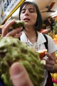 A candidata do PPS (Partido Popular Socialista) àPrefeitura de Sãoo Paulo,<a href='http://acervo.estadao.com.br/pagina/#!/20080910-41966-nac-7-pol-a7-not/busca/Soninha' target='_blank'>Soninha Francine</a>, em campanha pelo Mercado Municipal, 6/7/2008