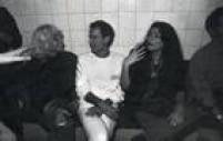 Ney Matogrosso entre convidadas, no camarim, após o show do Cazuza.