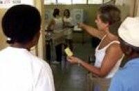 Funcionária do TRE orienta mulher a votar com cédula, no 2ºturno da eleiçõesde 2002, após 4 urnas eletrônicas quebrarem na seção 320, localizada no Jabaquara, São Paulo, SP. 27/10/2002.