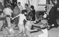 Policiais usam cecetetes, jogam bombas de efeito moral e prendem mais de 1,5 mil alunos na Pontifícia Universidade Católica de São Paulo, 22/9/1977.