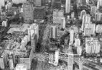 Vista aérea da Avenida Paulista em 1970, ainda sem o canteiro central, antes da desapropriação de imóveis e jardins dos casarões para as obras de ampliação da avenida para desafogar o tráfego.
