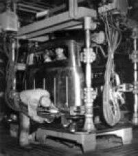 Operários da Ford Motors do Brasil trabalham na linha de montagem durante a fabricação de uma carroceria.São Paulo, SP, 1955