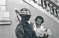 <a href='http://fotos.estadao.com.br/galerias/acervo,ruth-escobar-o-soldado-e-a-flor,34392' target='_blank'>Ruth Escobar</a>chega à Auditoria da Justiça Militar em 24 de abril de 1986 para ouvir asentença que a condenava a seis meses de prisãopor críticas ao regime militar e dá uma flor a um sentinela.Então deputadaestadual pelo PMDB, ela recorreu em liberdade.