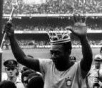 Com uma coroa na cabeça e um cetro na mão, Peléacena para o público ao deixar o campo em sua despedida da Seleção Brasileira em São Paulo. No jogo realizado no estádio do Morumbi,o Brasil venceu a Áustria por 1 x 0. São Paulo, SP.11/6/1971.