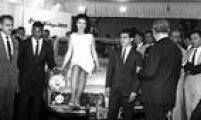 Festa de lançamento do Aero Willys 2600, com a<a href='http://acervo.estadao.com.br/noticias/acervo,fotos-historicas-pele-miss-e-eder-jofre,11140,0.htm' target='_blank'>participação de Pelé</a>, Miss Brasil Maria Olívia Rebouças e do pugilista Éder Jofre. 29 de outubro de 1962. Foto: Vizzoni/AE
