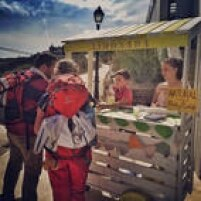 Na subida para Obanos, crianças trocam limonada por donativos. Praticamente todos os peregrinos param por lá.