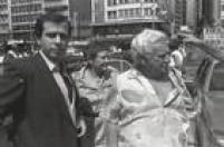 João Doriae Jorge Amado na Praça da República em São Paulo, em março de 1985. Então presidente da Paulistur, empresa municipalde fomento ao turismo na cidade de São Paulo, Doriaciceroneou o escritor e sua mulher, a tambémescritoraZélia Gattai, na visita à Feira Doce. As fotos do escritor com o atual prefeito da cidade são inéditas.
