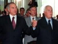 Antônio Carlos Magalhães e Michel Temer de mãos dadas na missa de confraternização de natal e encerramento do ano legislativo, celebrada por Dom Paulo Evaristo Arns, no Congresso Nacional, 10/12/1998.