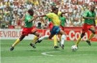 O jogador Romário é marcado por três jogadores da seleção de Camarões em jogo da Copa do Mundo de 1994, no Estádio Stanford, em Los Angeles, na Califórnia, nos Estados Unidos, 24/6/1994. O Brasil venceu o jogo por 3 a 0 com gols de Romário, Márcio Santos e Bebeto.