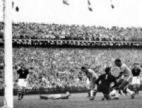 O brasileiro Djalma Santosretira a bola das mãos do goleiro húngaro Grosits Gyula para colocar na marca do pênalti enquanto Didi permanece caído durante partida entre Brasil e Hungria na<a href='http://https://acervo.estadao.com.br/noticias/acervo,copa-do-mundo-historia-campeoes-e-artilheiros,70002324133,0.htm' target='_blank'>Copa do Mundo de Futebol na Suíça</a>, 27/6/1954. A Hungria venceu a partida por 4 a 2 e tirou o Brasil da competição. Durante este jogo três jogadores foram expulsos pelo árbitro britânico Arthur Ellis e depois do jogo houve confrontos entre as equipes no caminho para o vestiário.